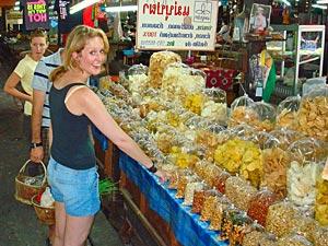 Eine Frau auf einem thailändischen Markt in Chiang Mai