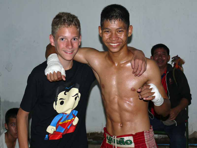 Junge mit Thai-Boxer